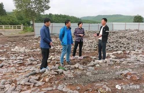 图为研究东新村垃圾处理事宜