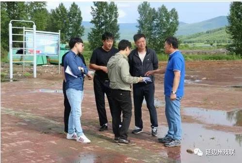 图为带领设计人员在东新村研究村文化广场建设项目