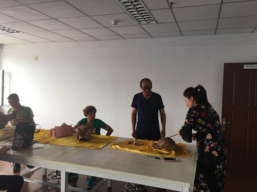 图为木雕老师正在授课