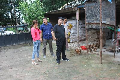图为农安县残联理事长带队走访玉华养殖场现场
