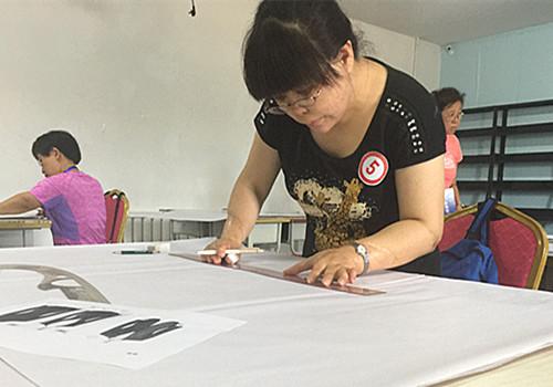 图为史慧杰在服装裁剪比赛中,并获得这个项目一等奖
