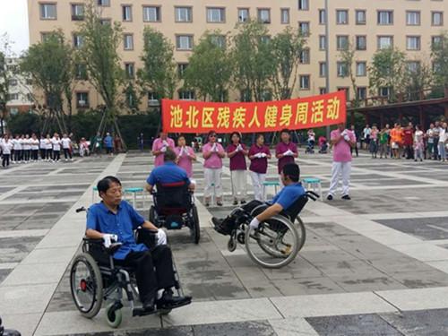 图为传递正能量尾曲坐轮椅残疾人互动
