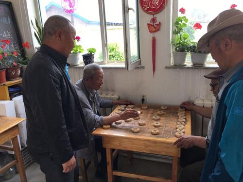 图为社区活动室象棋活动现场