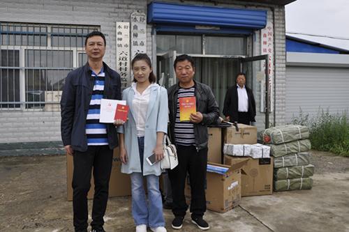 图为调研组为六道村赠送《中国共产党党章》等图书