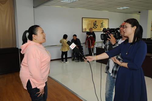 图为吉林市电视台记者采访残疾人现场