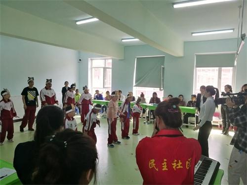 图为残疾学生文艺表演现场