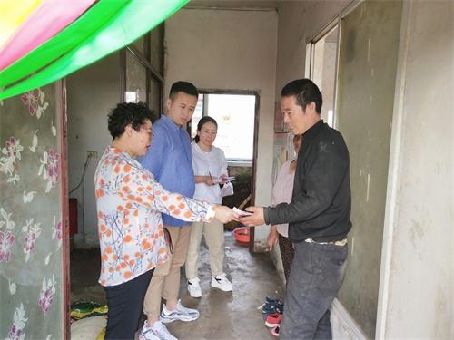 图为通化市柳河县残联走访慰问贫困残疾人家庭