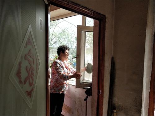 图为通化市柳河县残联干部为贫困残疾人打扫卫生