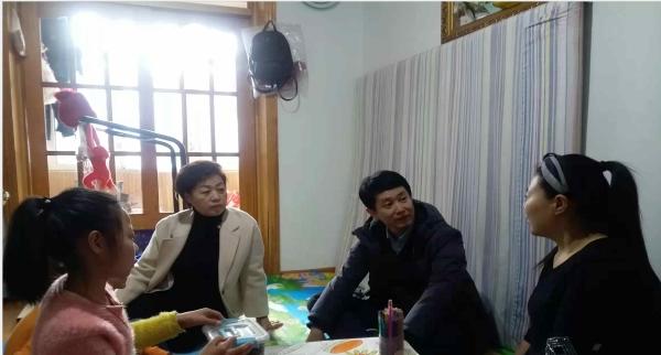 图为延边州民政局领导走访慰问贫困残疾儿童家庭