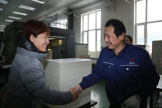 图为省残联副理事长万宇与残疾人亲切交谈