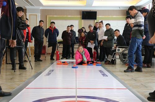 """图为""""第四届中国残疾人冰雪运动季""""残疾人旱地冰壶比赛"""