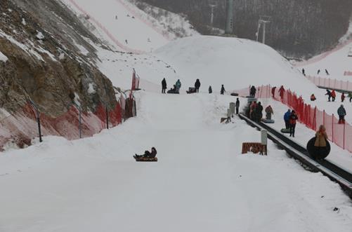 """图为""""第四届中国残疾人冰雪运动季""""雪圈体验活动"""