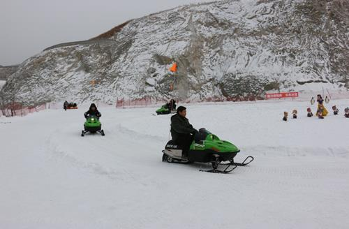 """图为 """"第四届中国残疾人冰雪运动季""""雪地摩托体验活动"""