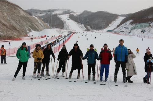 """图为""""第四届中国残疾人冰雪运动季""""滑雪体验活动"""